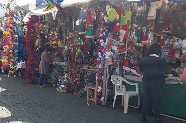 Vendedores de temporada navideña se instalan en Atlixco