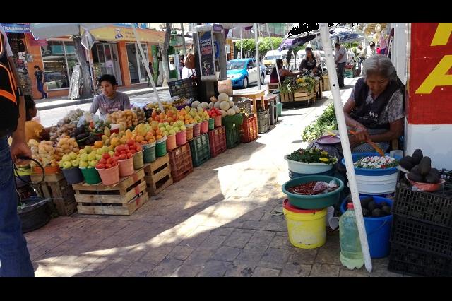 Por ventas bajas ambulantes de Tehuacán regalan mercancía