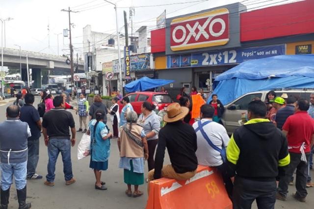 Cierran calles en Amalucan por corte de luz en el mercado