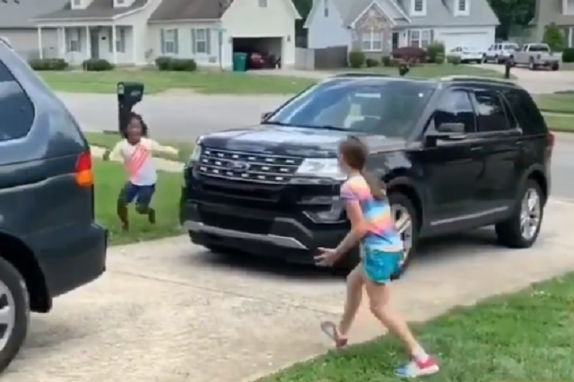 Niñas de 9 años se reencuentran tras pasar meses confinadas