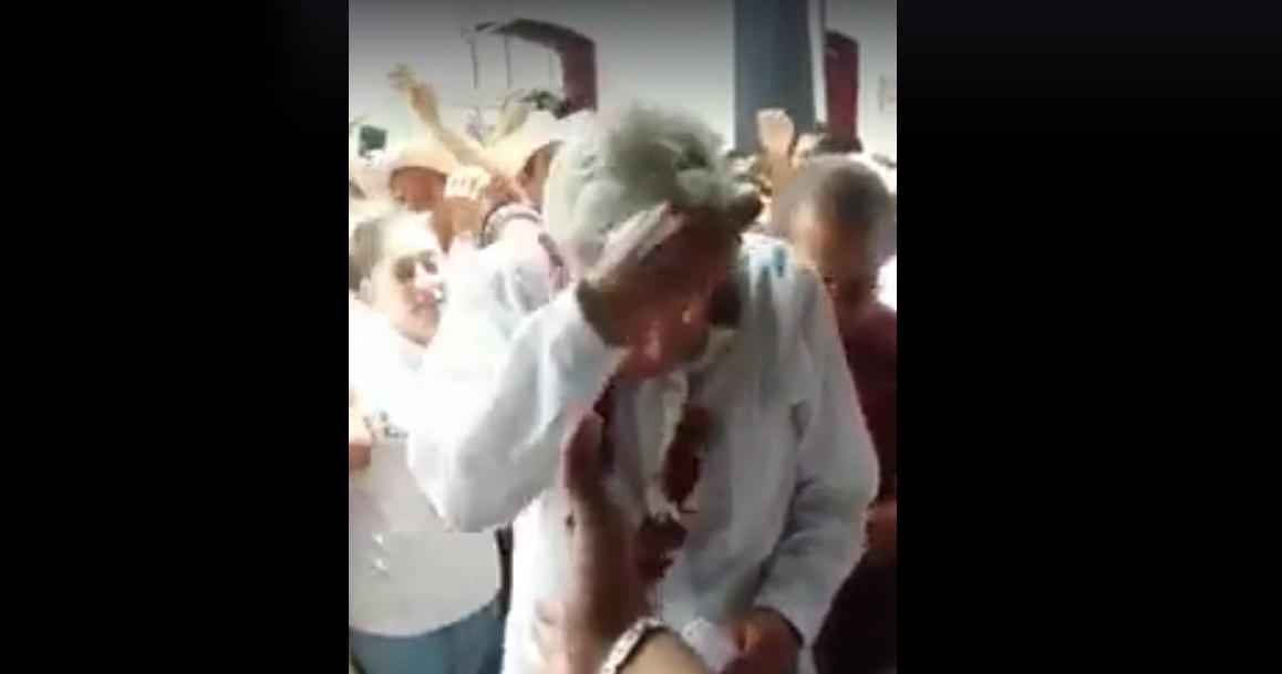 Mujeres lanzan huevo a Andrés Manuel en Veracruz
