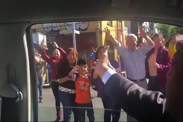 Sonrisas, saludos y porras en el camino de AMLO a San Lázaro