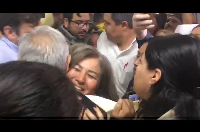 Pese a coronavirus, AMLO se deja abrazar y saludar de beso en Sonora