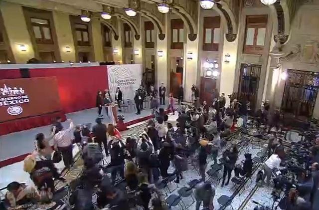 Suena alerta sísmica en Palacio Nacional e interrumpe conferencia de AMLO