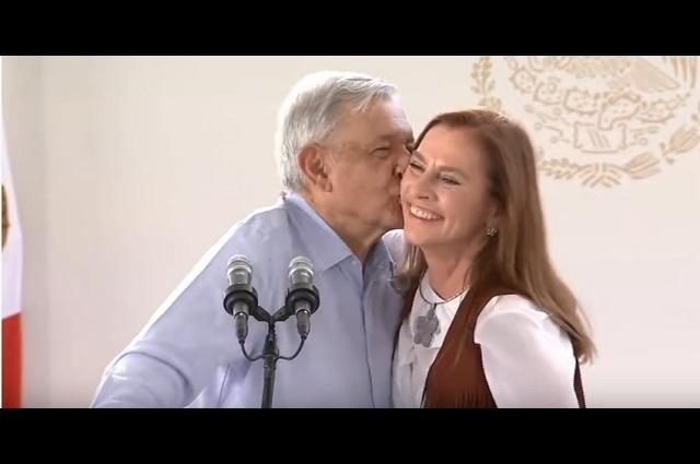 Vivan las Mujeres, grita AMLO, y le da un beso a Beatriz Gutiérrez