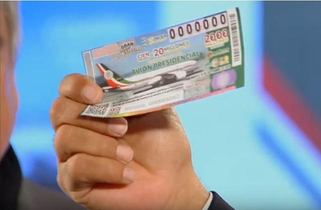 Compra AMLO el billete 0000000 de la rifa del avión presidencial