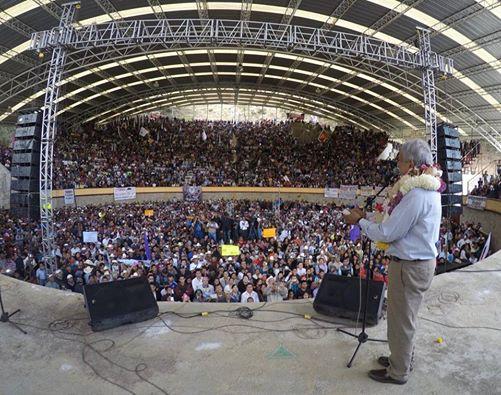 Miren cuántos rusos en Zacapoaxtla, dice AMLO y presume plaza llena en Puebla