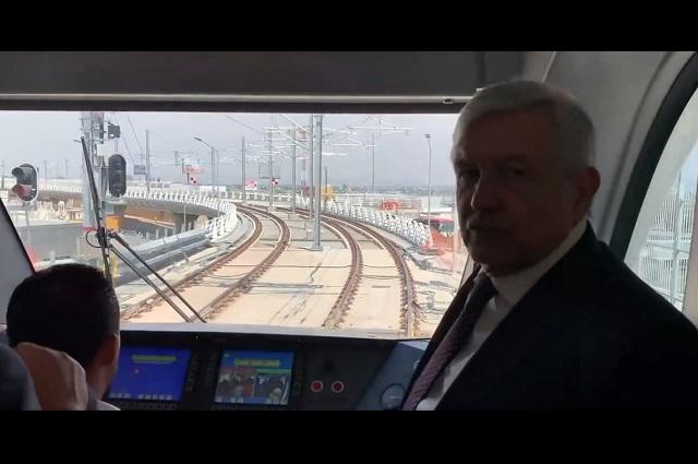 Se pasea AMLO en Tren Ligero de Guadalajara
