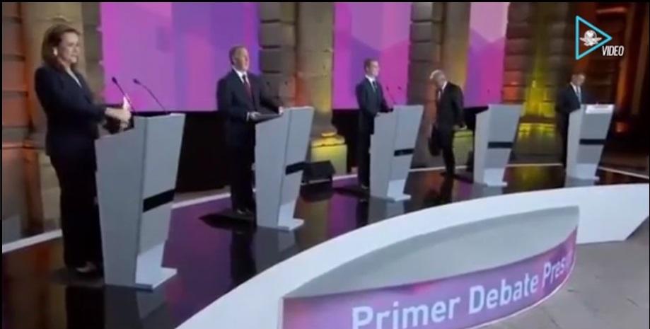 Cuando acabó el debate, AMLO recogió sus gráficas y se fue sin despedirse