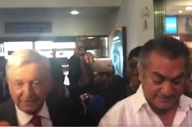 El Bronco recibe a AMLO en el aeropuerto de Monterrey