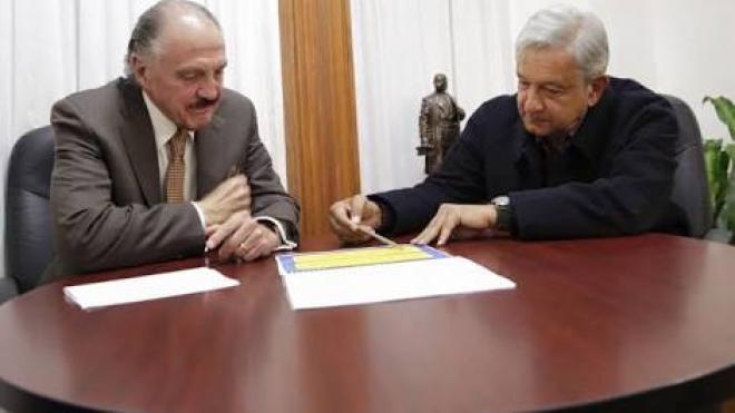 AMLO reconoce que le dio contratos sin licitación a José María Rioboó