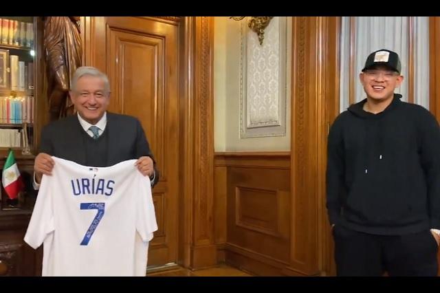 AMLO compara a Urías con 'Toro' Valenzuela durante visita en Palacio Nacional