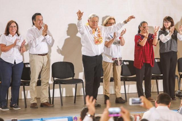 Qué vas a hacer con Romero Deschamps, le gritan a AMLO en Veracruz