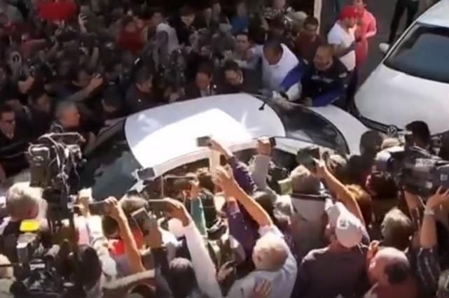 Sale AMLO de su casa de Tlalpan para recibir la banda presidencial