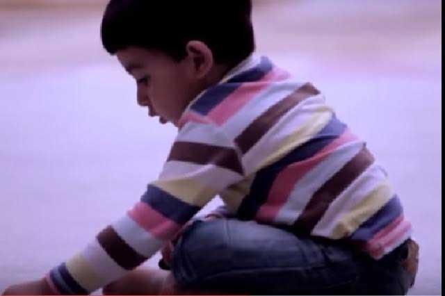Niño huérfano que dibuja una madre en el piso roba el corazón
