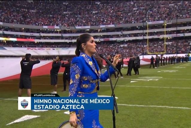 Critican a Ana Bárbara por error en el Himno Nacional y le hacen memes