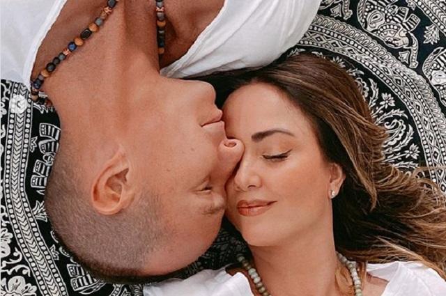 Andrea Legarreta y Erik Rubín celebrando 20 años de matrimonio