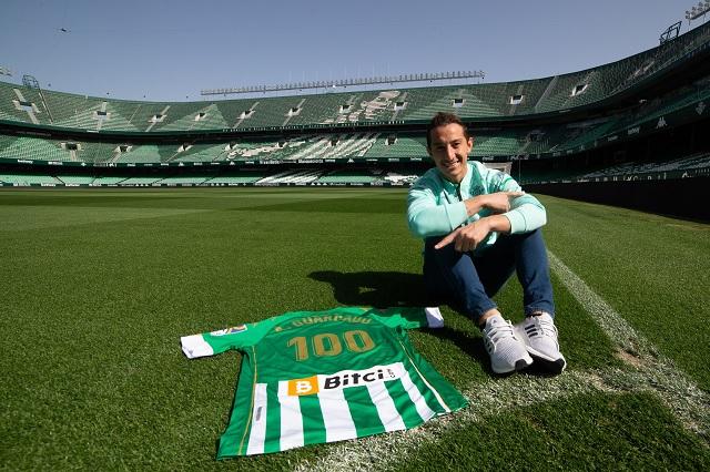 Andrés Guardado recibe homenaje del Betis por cumplir 100 partidos