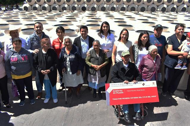 Angélica Alvarado entrega 350 tinacos para familias de Huejotzingo