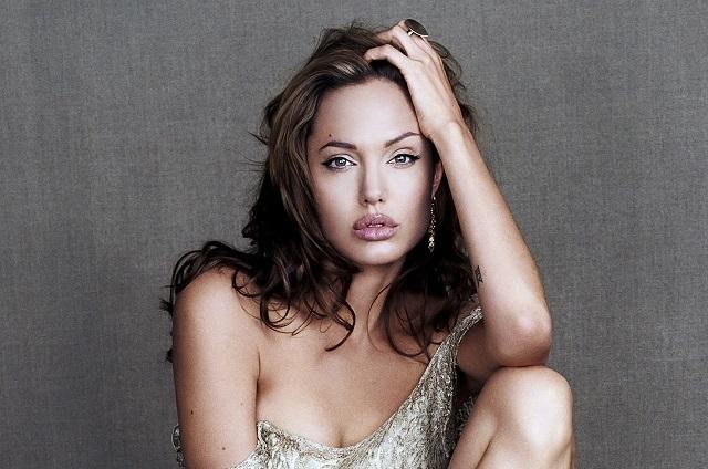 Angelina Jolie le muestra sus tatuajes al Chivo Lubezki