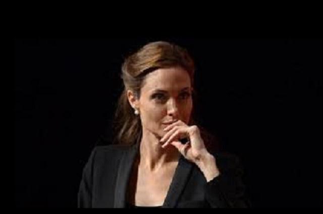 Angelina Jolie deslumbra en alfombra roja de Maléfica 2
