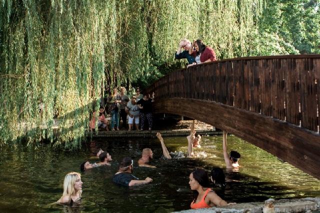 Romántica boda termina en desastre y los anillos al fondo de un río
