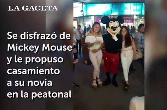 Joven le propone matrimonio a su novia con ayuda de Mickey Mouse