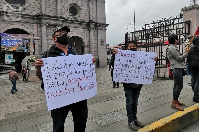 Antorchistas forman cadena humana en el zócalo de Teziutlán