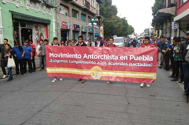 Antorchistas se manifiestan ante el palacio municipal de Puebla