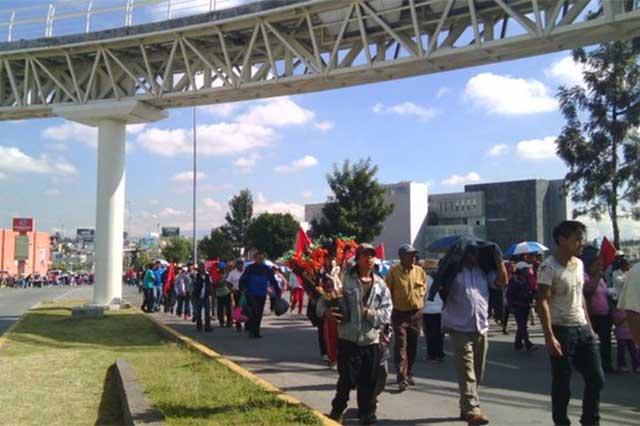 Antorchistas bloquean Vía Atlixcayotl y protestan ante el CIS
