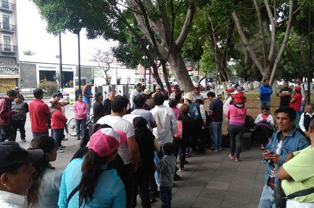 Marcha antorchista contra operativo que desalojó puestos en Agua Santa