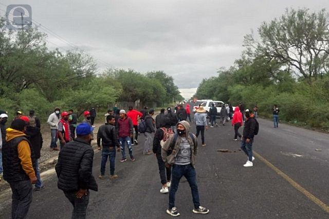 Condicionan a Arvizu y reabren carretera Tehuacán-Teotitlán