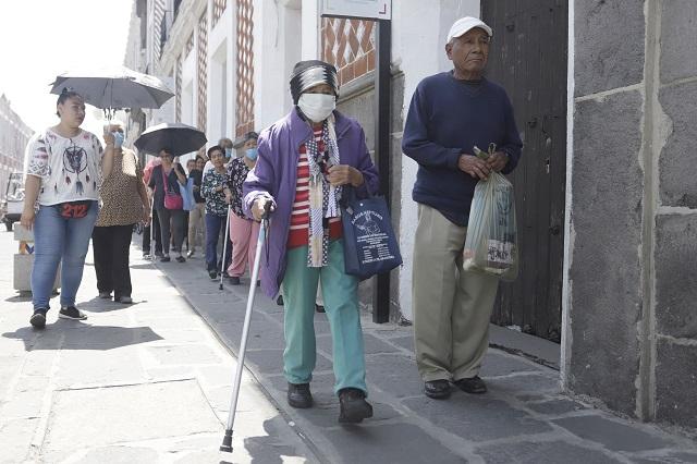 Entregan apoyos a adultos mayores sin hacinamiento, en Puebla