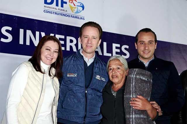 Banck entregó apoyos invernales a familias de Totimehuacan y Chautla
