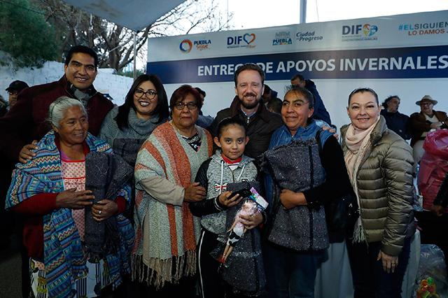 Banck y Susy Angulo de Banck entregan apoyos invernales en Romero Vargas