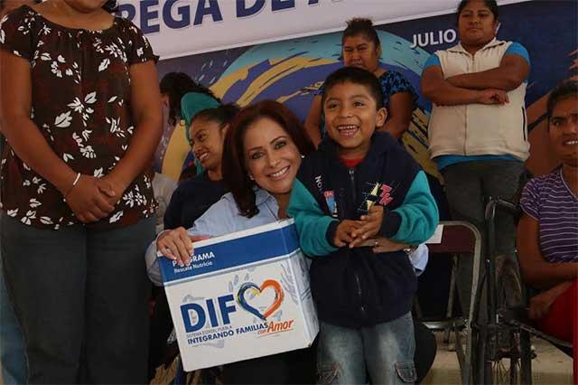 Titular de SEDIF entrega apoyos alimentarios en Santiago Miahuatlán