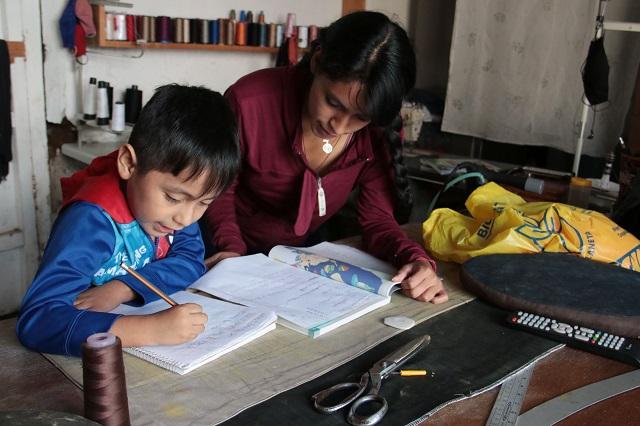 Miguel Barbosa pide a alumnos estudiar y cumplir sus tareas