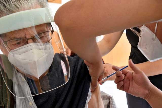 España aprueba tercera dosis anti covid para adultos mayores