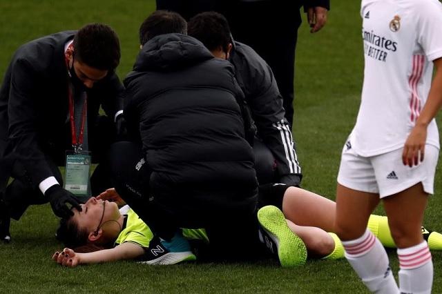 Noquean con pelotazo a árbitra Sara Fernández durante el Real Madrid-Athletic