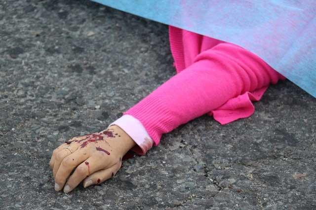 Matan a mujer y lesionan a dos más en negocio de Acatlán