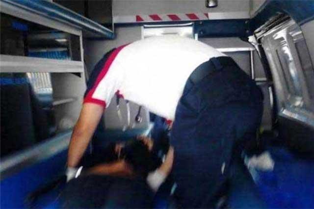 Al empujar su auto es golpeado por camioneta y muere en Puebla