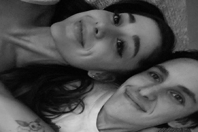 Ariana Grande presume anillo de compromiso en redes sociales