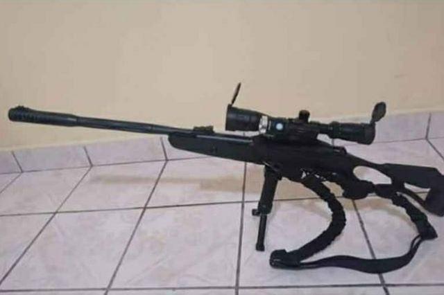 Presume arma y caza de animal, comandante de Tehuacán