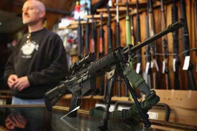 Florida aprueba ley para que maestros porten armas en escuelas