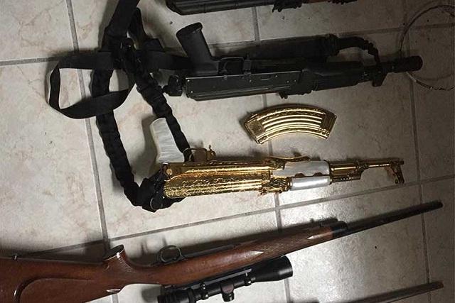 Militares decomisan arsenal que incluye un AK-47 bañado en oro