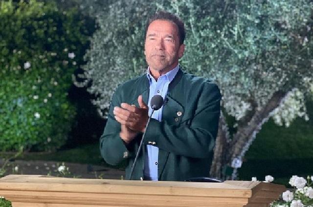Sí quieres vivir ven conmigo, expresa Arnold Schwarzenegger tras vacunarse