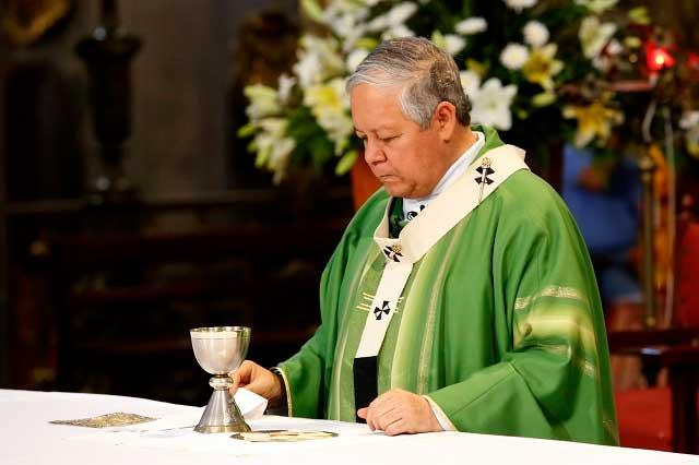Internan al arzobispo de Puebla por un problema gástrico