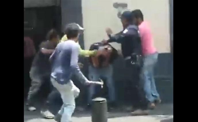 Albañiles golpean con martillo a supuesto asaltante en Puebla