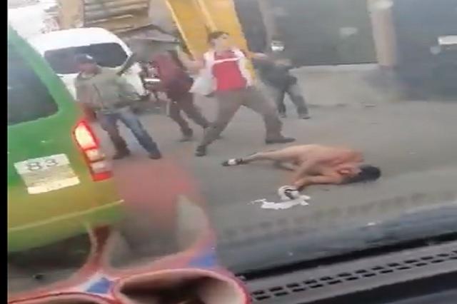 Video: pasajeros de combi golpean a asaltante, termina desnudo