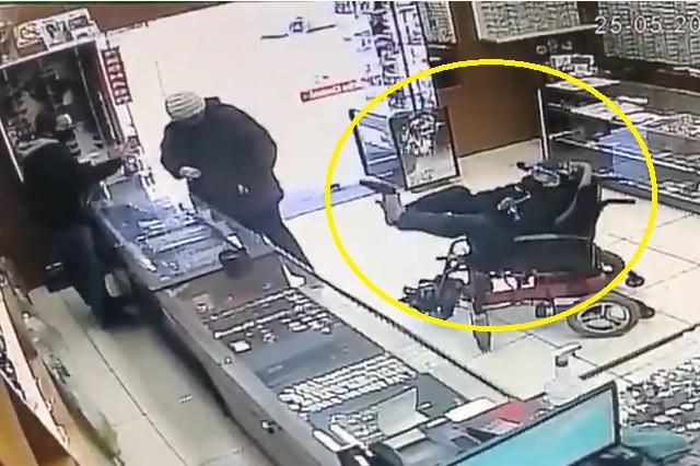 Hombre sin manos usa los pies para asaltar relojería en Brasil